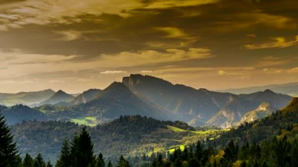 Časová prodleva - pohled na pohoří Pieniny při západu slunce, Polsko.