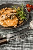 Fotografie Geschmorte Kotelett in eine helle Pilzsauce