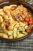 Geschmorte Kotelett in eine helle Pilzsauce.