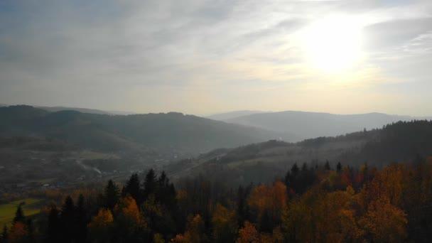 Letí nad podzimními horami ve světle zapadajícího slunce. Beskydy, Polsko, Slovensko. Majestátní krajina.
