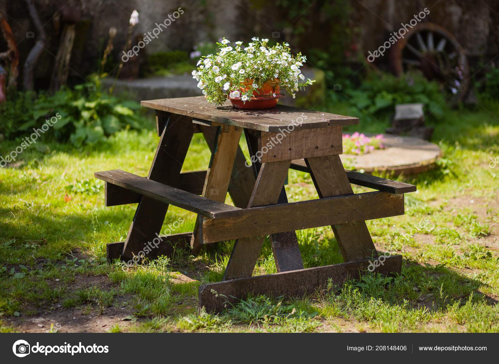 Table Bois Avec Pot Fleur Dans Jardin Près Maison ...