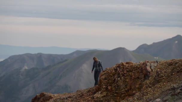 Dívka Hiker procházky podél strmého horského hřebene San Juan hory Colorado