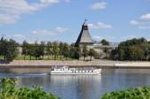 Fotografia La vista della Torre Vlasyev, una delle torri difensive superstite del Cremlino di Pskov dal grande fiume, su cui la nave salpa in una giornata estiva, Russia