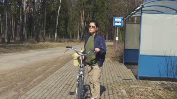 Stresující žena poblíž autobusové zastávky s kole