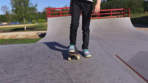 Mädchen mit Skateboard auf Rampe