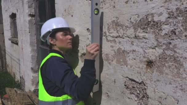 Női builder ellenőrzése a vízszintező fali