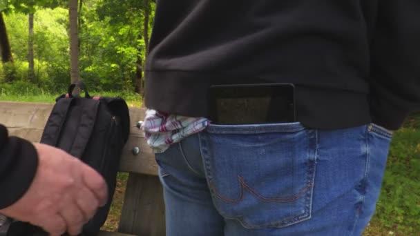 Zloděj krade smartphone zblízka