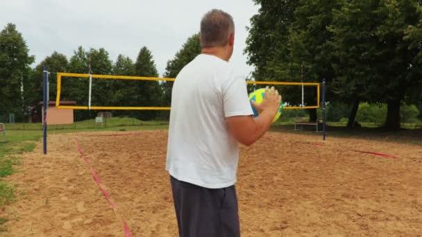 Sportovec s barevnými volejbalový míč