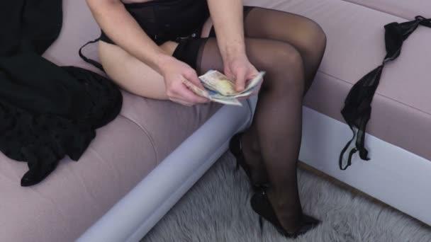 Žena seřadí peníze bankovky