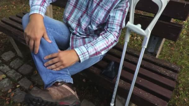 Postižený člověk masáže svalů nohy