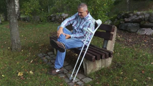 Unavený postižený člověk masáže bolavé nohy
