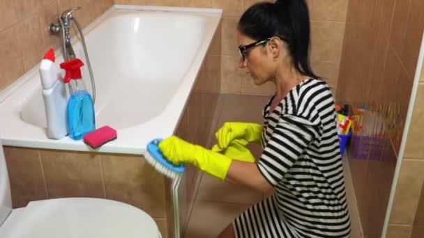Nő a fürdőszoba takarítás