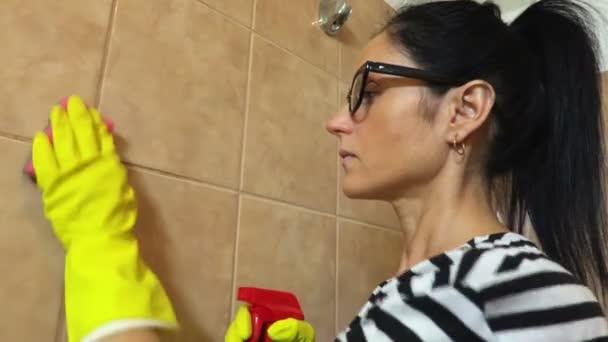 Žena čistá koupelna dlaždice