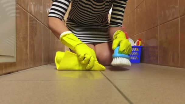 Frau sauberes Badezimmer Flur