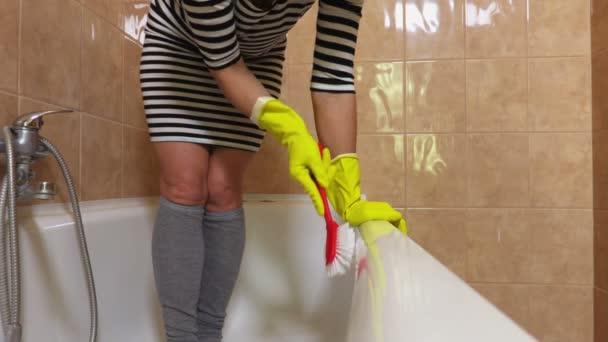 Frau poliert in Badewanne