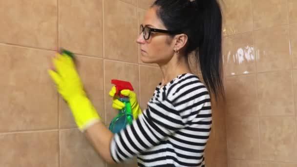 Nő a tiszta csempe szivacs