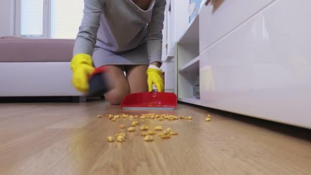 Žena vytírá podlahu