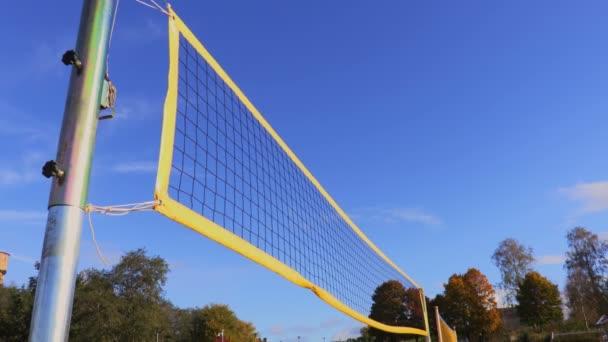Žlutá Volejbalovou síť ve větru