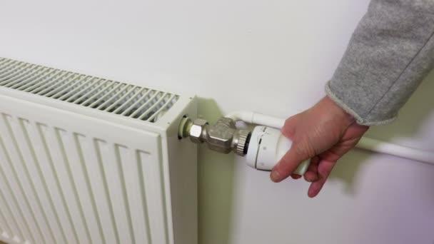 Žena nastavení teploty na termostatu
