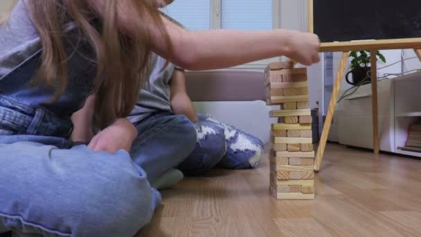 Šťastná rodina hrát hru s dřevěnými bloky doma