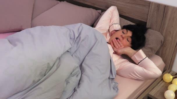 Frau mit Augenbinde Schlafmaske wache am Morgen auf