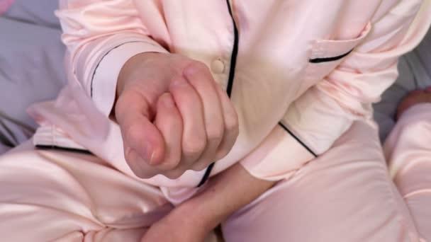 Frau zeigt Menstruation tampon