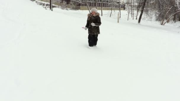 Usmívající se dívka si sníh den