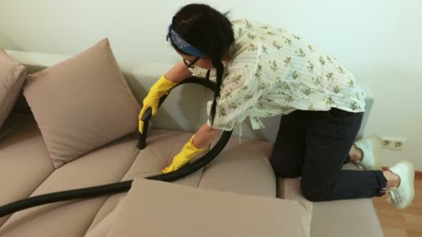 Closeup žen čisticí pohovka se žlutým vysavačem