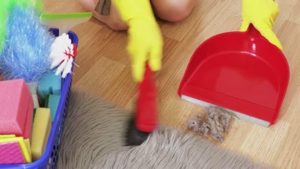 Žena v domácnosti v gumové rukavice otírání praš.Domácí práce a úklid koncept