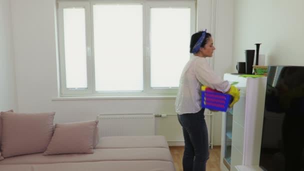 Hausfrau in Gummihandschuhen zu Hause, Hausarbeit und Hauswirtschaft
