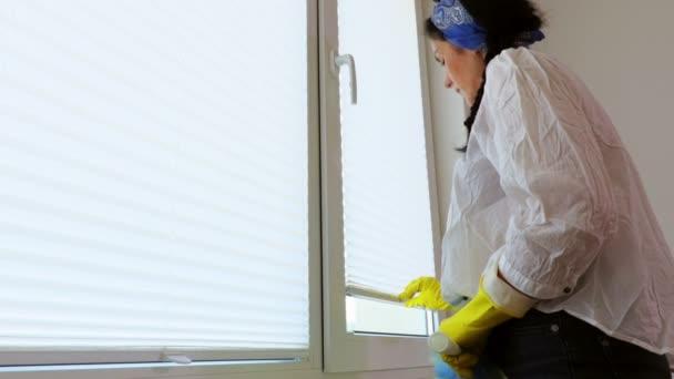 Úklid žen kolem okna.Koncept úklidu a úklidu