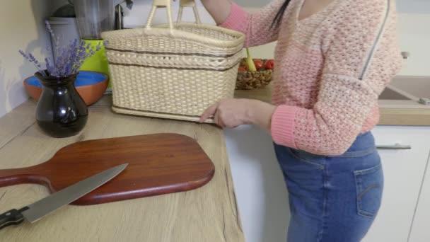 Žena přinášející dýni na kuchyňský stůl