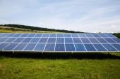 Fényképek napelemek, sunny sky. Kék solar panelek. háttér modulok fotovoltaikus megújuló energia.