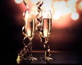 két pezsgő szemüveg, szalagokkal, nyaralás fények és a tűzijáték - újévi ünnepségek