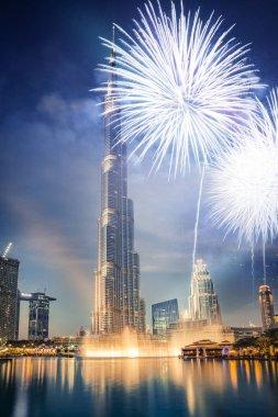 Burj Halife etrafında havai fişekler - Dubai, BAE 'de egzotik bir Yeni Yıl hedefi