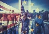 názorově koncept - dvojitá expozice vlajek a lidí, kteří jdou na Millenium Bridge