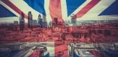názorově koncept - dvojitá expozice vlajek a Londýn mrakodrapy