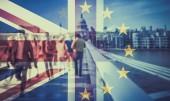 názorově koncept dvojexpozicí vlajky a lidí, kteří jdou na Millenium bridge