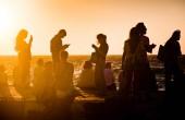 siluety lidí fotí s chytrými telefony