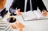Soudce kladívko s spravedlnosti právníci mají setkání týmu v advokátní kanceláři v pozadí. Pojmy práva.