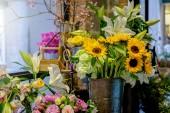 Krásné luxusní kytice. Smíšené květiny na stole růžové. práci v květinářství v květinářství.