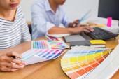 Grafický design s barev a tablet na stole. Grafický designér, kterým něco na tabletu v kanceláři s pracovní nástroje a příslušenství