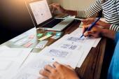 Fotografie Creative Web Designer Planung Anwendung und Entwicklung von Vorlagenlayout, Framework für Mobiltelefon. User Experience (Ux)-Konzept.