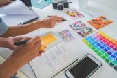 Ázsiai reklám tervező kreatív induló team megbeszélések hivatalban.
