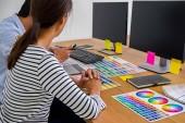 Grafický design s barev a tablet na stole. Grafický designér, kterým něco na tabletu v kanceláři s pracovní nástroje a příslušenství.