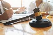Soudce kladívko s spravedlnosti právníci mají setkání týmu na zákon pevné zázemí. Pojmy práva a právních služeb.