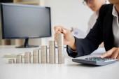 Sorok érmék pénzügyi és banki koncepció üzleti férfi és nő. A metafora, a nemzetközi pénzügyi tanácsadás.