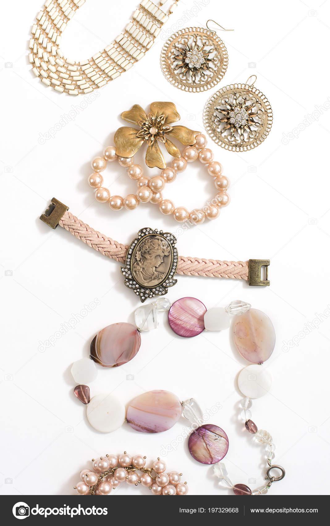 4d47f2c6a954 Conjunto de joyería de las mujeres en estilo vintage camafeo perla cadena  pendientes sobre fondo blanco. La vista desde la parte superior en posición  plana ...