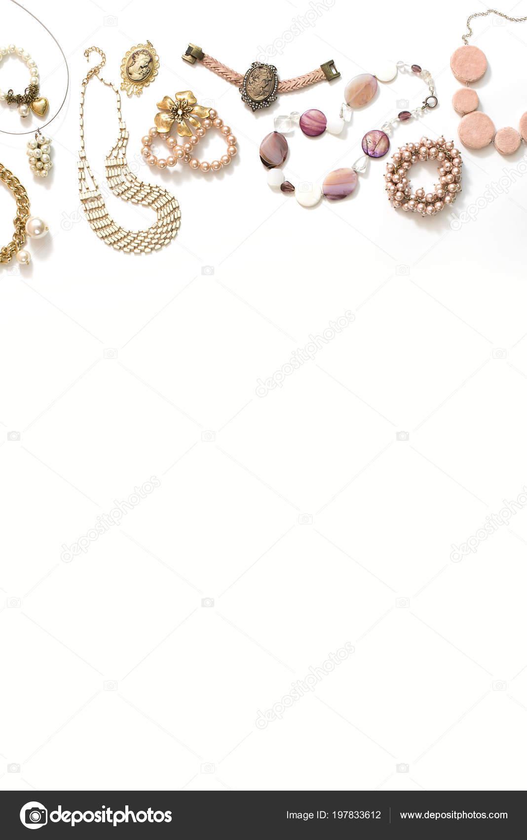 b6c1a3b7f845 Conjunto de joyería de las mujeres en estilo vintage camafeo perla cadena  pendientes sobre fondo blanco. La vista desde la parte superior en posición  plana– ...