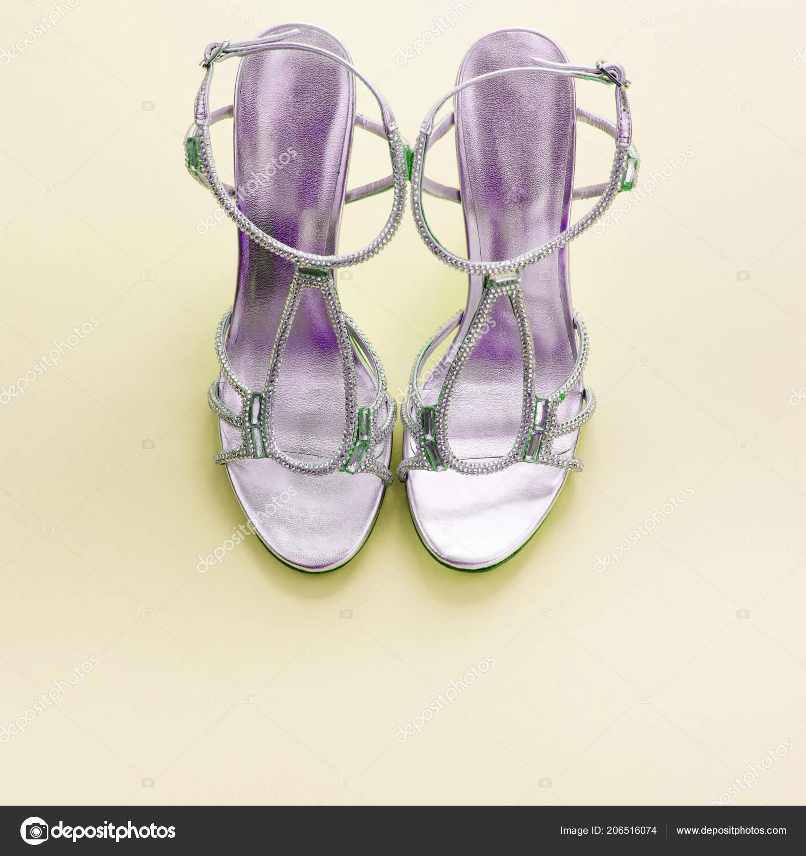 Módní dámské sandály stříbrná barva na žlutém podkladu– stock obrázky 638cae545e